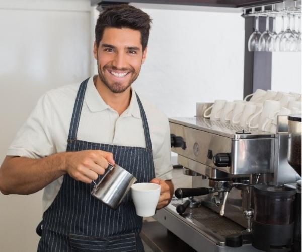 latte art kot v lokalu